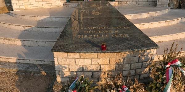Ismeretlen katona sírja a Doni emlékkápolnánál