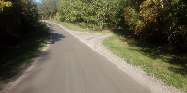 Här tar man av den lilla grusvägen till höger