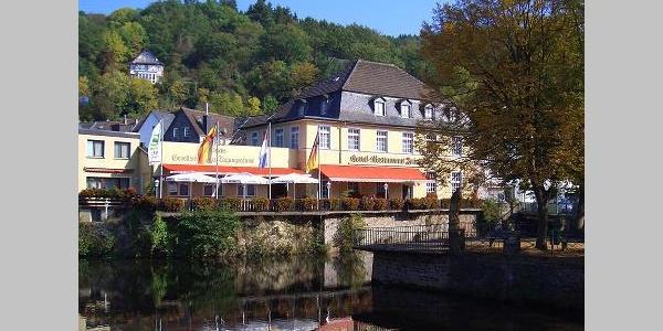 Hotel Friedrichs Hausansicht mit Terrasse