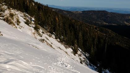Auf dem Hinweg - momentan (09. Dez. 2018) liegt etwas Schnee der festgefroren ist - hier besteht Abruschgefahr!