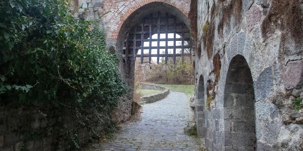 Ritka lehetőség kijelölt kerékpáros túra során áttekerni egy váron