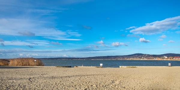 Hangulatos homokos part a Velence Korzó elején