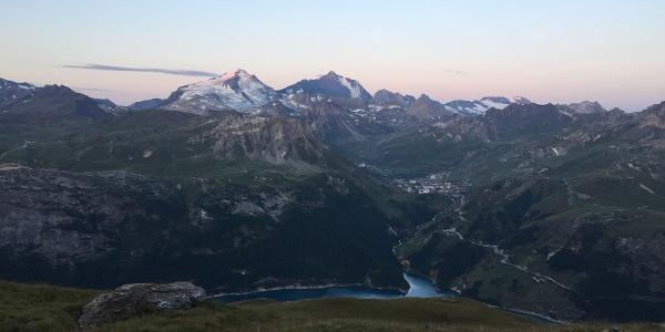 Das Gipfelglühen beginnt an der Grande Motte und La Grande Casse, unten der Lac Du Chevril
