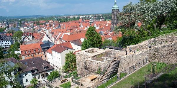 Schlosshang mit den sanierten Festungsmauern.