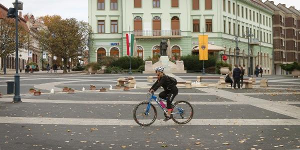 Kaposvár csinos belvárosa bejárható bringával is