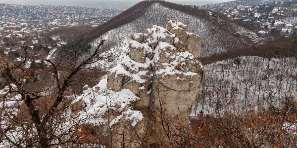A Tündér-szikla, mögötte a Hunyad-orom
