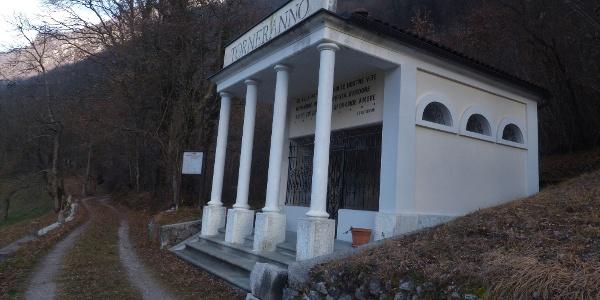 Sie beginnen an der Militärkapelle vor dem Dorf Gabrje