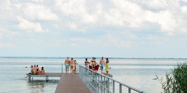 Fürdőzők a balatongyöröki strandon