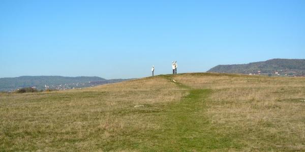 Egy kis dombon áll az Emberi komédia szoborcsoport a Kornyi-tónál