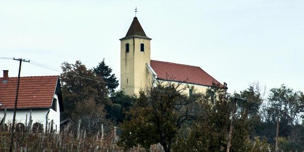Szent Margit-kápolna a Somló oldalában