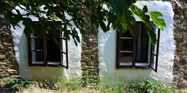 A Parasztgazda-ház apró ablakai a tihanyi skanzenben