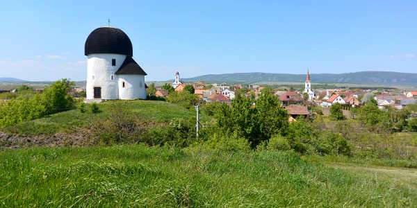 Der Hügel der Rundkirche,im Hintergrund sind die neue katolische und evangelische Kirche