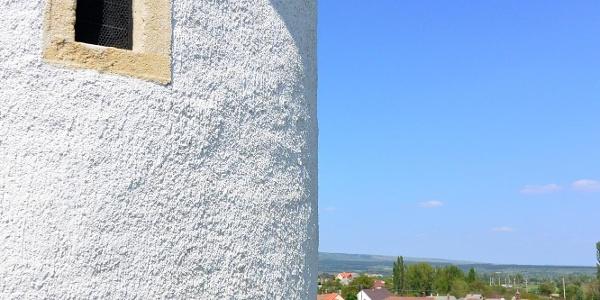 Lőrés-ablak az ösküi kerektemplom oldalában