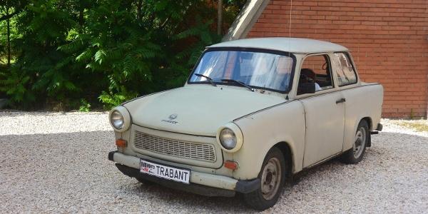 A Memento Park kapujában egy eredeti Trabant fogadja a látogatókat
