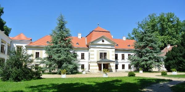 A nagycenki Széchenyi-kastély egyik hátsó-oldalsó bejárata