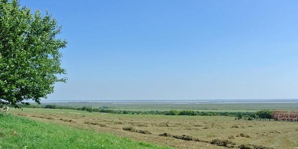 Kilátás a Fertő tóra útban a Mithrász-szentély felé