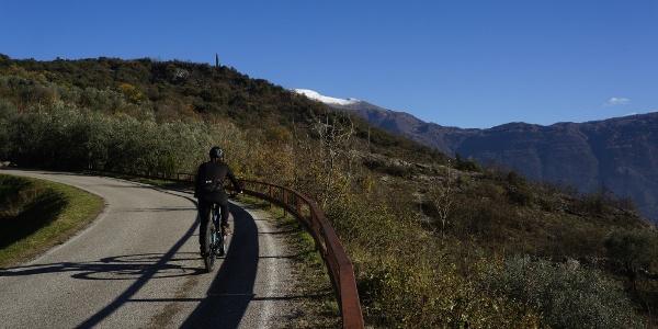 Aufstieg nach Padaro, an einem heiteren herbstlichen Tag
