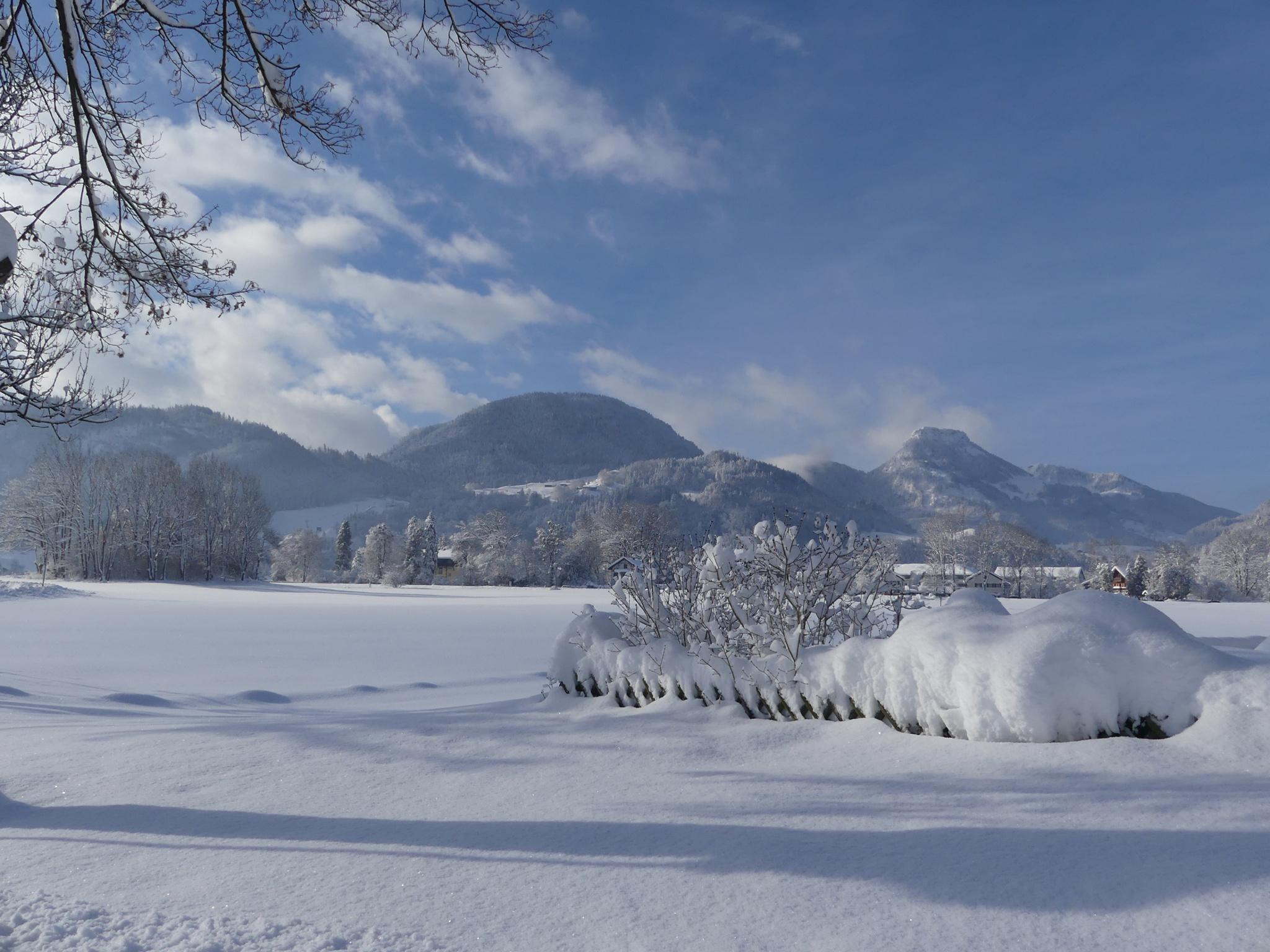 Winterwandern mit Blick aufs Hocheck und Brünnstein