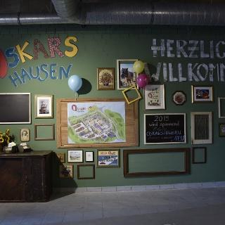 Eingangsbereich mit kunterbunter Fotowand