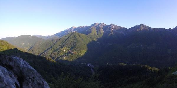 Il villaggio Podbrdo, la valle Baška grapa e il pendio del Črna prst