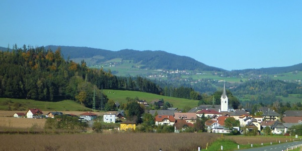 Zweikirchen bei Liebenfels - Südwestansicht - im Hintergrund die Wimitzer Berge mit Sörg