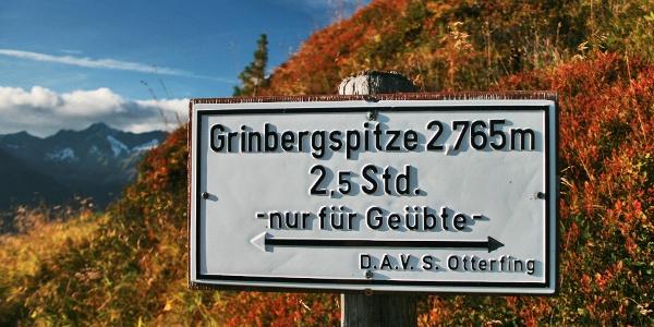 Von diesem tollen Aussichtspunkt steigen wir im Zickzack südwestwärts den Rücken hinauf, wo sich unsere Gipfelroute auf 2.080 m vom Berliner Höhenweg trennt