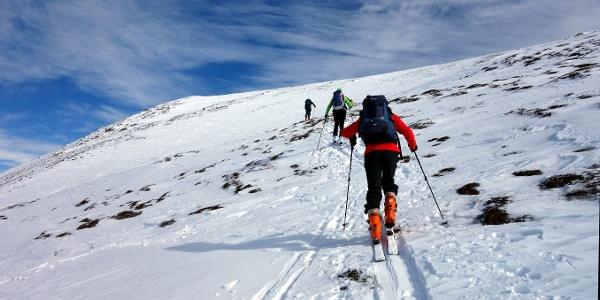 Am meist abgeblasenen Gipfelhang (~2000 m links).