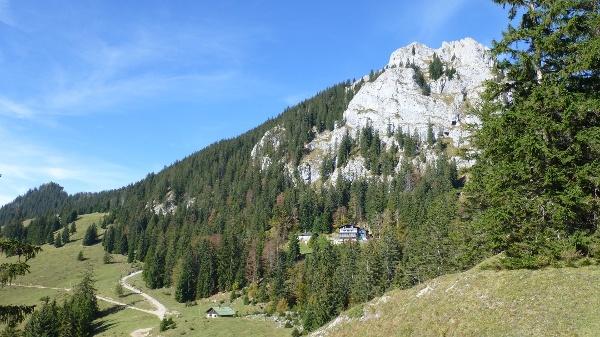 Ansicht Brünnsteingipfel mit Brünnsteinhaus sowie Bergwachthütte