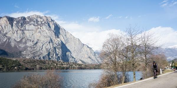 Der Cavedinesee, neben der Route