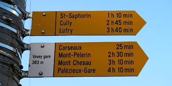 Wegweiser am Bahnhof Vevey.
