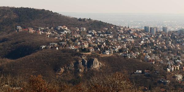 Az Apáthy-szikla és a Látó-hegy a Kis-hárs-hegyi Makovecz Imre-kilátóról