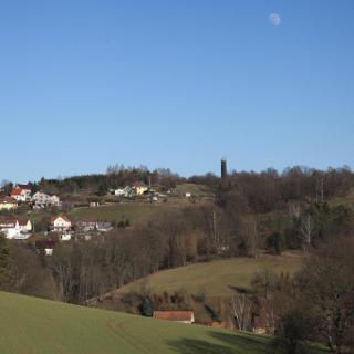 Semmelsberg, dahinter der Turm bei den Polenzer Linden