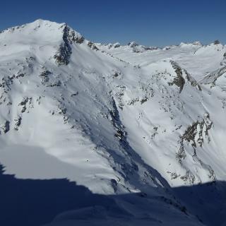 Die Aufstiegsspur führt über den Löbbensee, dann das Gelände nutzend stets steil bergan