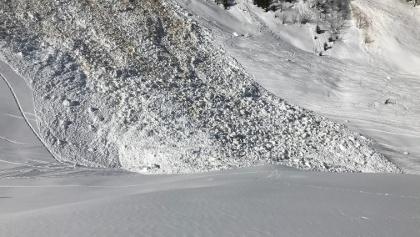 Gleitschneelawine, die die Spuren der Vorgänger von den tagen zuvor verschüttet hat. Ca. 30 Min. oberhalb Fallerschein