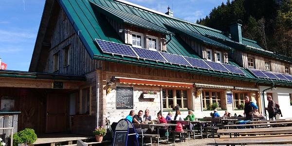 Gemütlicher Gastgarten bei der Ennser Hütte © Zeiselberger