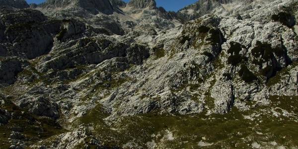 Berg Vrh Laške Planje (links) mit der Ebene Kaninski podi