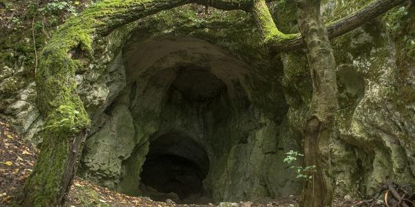 A Baits-barlang gömbfülkékkel ásító torka