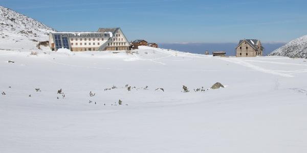 sehr großer Neubau und Altbau der Musala Hütte