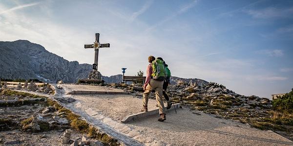 Das Gipfelkreuz des Kehlsteins vor dem Hohen Göll