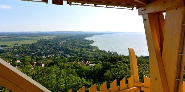Kilátás Balatonfenyves felé a fonyódi Várhegyi-kilátóból