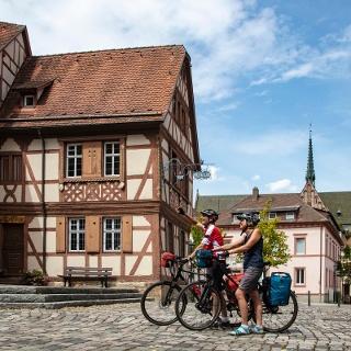 Radler vor dem Kurmainzischen Schloss in Tauberbischofsheim