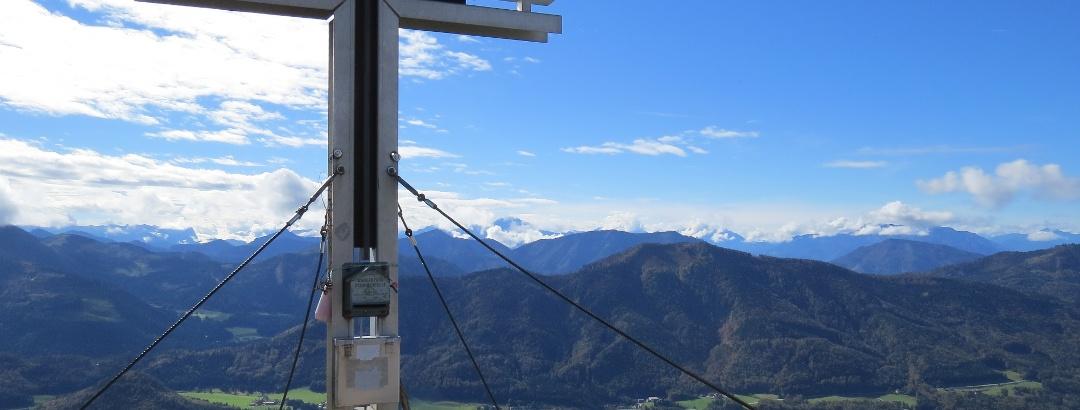 Gipfelkreuz vom Frauenkopf mit Fuschlsee im Hintergrund