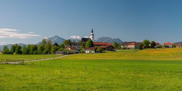 Weildorf vor dem Hochstaufen-Massiv
