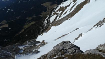 Ein Skifahrer bei der Abfahrt durch die obere Gsollerrinne