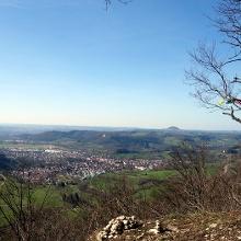 Ausblick vom Rötelstein: rechte Mitte hinten der Hohenstaufen. Im Tal Donzdorf