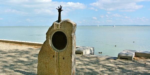 Az 1954. május 30-án felborult Pajtás hajó áldozatainak emlékére és a mentésben résztvevők tiszteletére állított szobor a Tagore sétányon