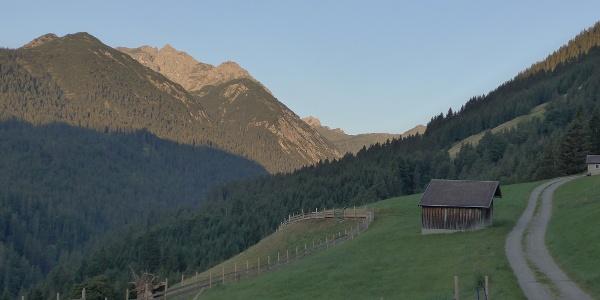 Ortsende Rauth mit Blick auf Leilachspitze