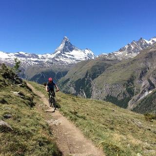 Es lohnt sich, zwischendurch anzuhalten und sich die grandiose Aussicht auf das Matterhorn, Mettelhorn und Weisshorn anzusehen.