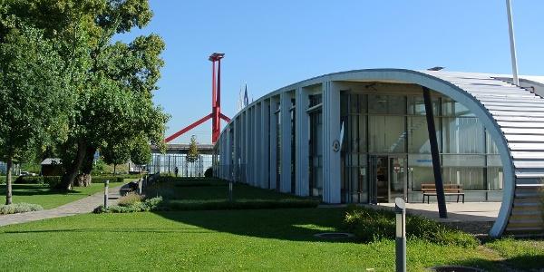 A vízirendőrség épülete a Kopaszi-gáton, háttérben a Rákóczi híddal