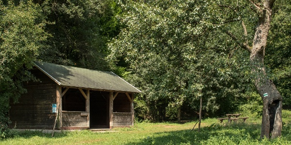 Pihenőhely a Nagy-völgyben a Solymár-forrás közelében